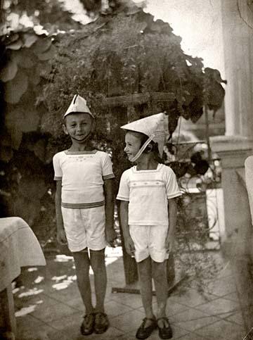 A képen én és az öcsém [Róth György] vagyunk láthatók. Éppen hülyéskedünk egy csákóval, amit talán apám csinált nekünk. A kép Kolozsváron készült, ahol meghatározó gyerekéveimet töltöttem.