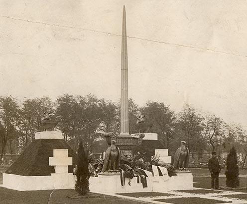 A rákosszentmihályi ideiglenes emlékmű 1917 novemberében. (KF)