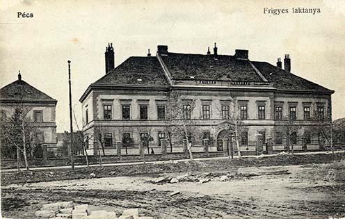 A 6-osok kaszárnyája, a Frigyes laktanya Pécsen korabeli képen