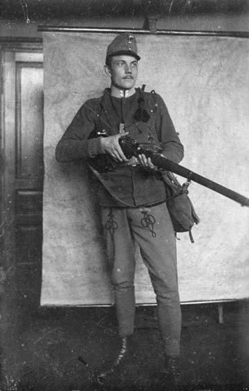 Egy magyar kiegészítésű ezredben szolgáló tizedes még a háború előtt lövészbojttal, amit ügyességi jelvényként a jó céllövő képességéért kapott