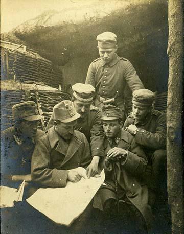 """""""Hol vagyunk?"""" – német és osztrák–magyar katonák egy térkép fölött valahol Galíciában"""