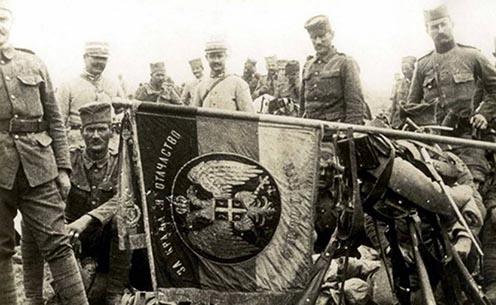 """Szerb katonák a háborúban. A zászló felirata: """"A királyért és a hazáért!"""""""