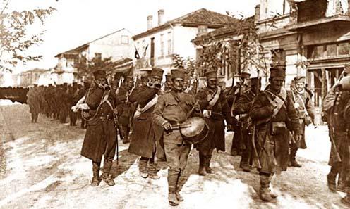 Harctérre induló szerb katonák