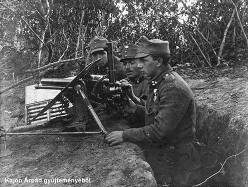 Létezett revolverágyú is, de ezek a Monarchia hadserege általi használata kevésbé ismert, így itt valószínűleg a képen látható 37 miliméteres gyalogsági ágyúról lehet szó.