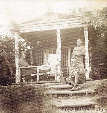 Imre Gábor (elől) tiszttársaival a fedezékénél