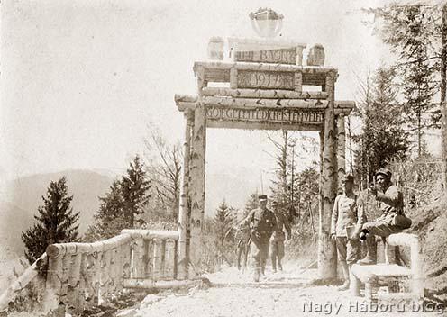 A szerző alakulatának, a császári és királyi újvidéki 6. gyalogezred kikülönített I. zászlóaljának a díszes kapuja Kirlibabánál