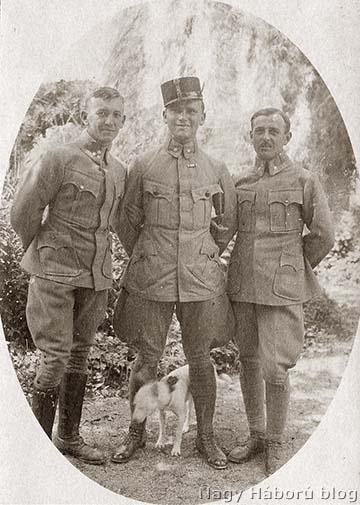 Imre Gábor katonatársaival és a kutyájával