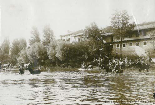 A Wippach (Vipava) folyó partja itató lovasokkal 1916-ban