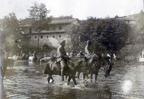 Itató lovasok a folyónál