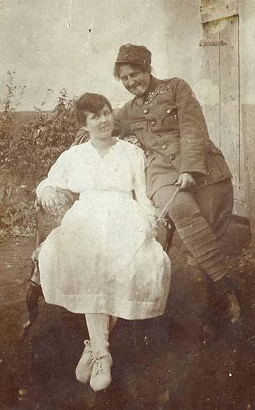Nő katonaruhában – bár a hölgy minden bizonnyal nem katonaként szolgált, csak egy ismerős vagy rokon egyenruhájában örökíttette meg magát