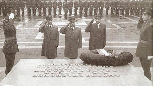 Koszorúzás az emlékműnél a XX. század második felében