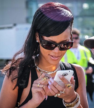 Rihanna-and-HTC-One-X1.jpg