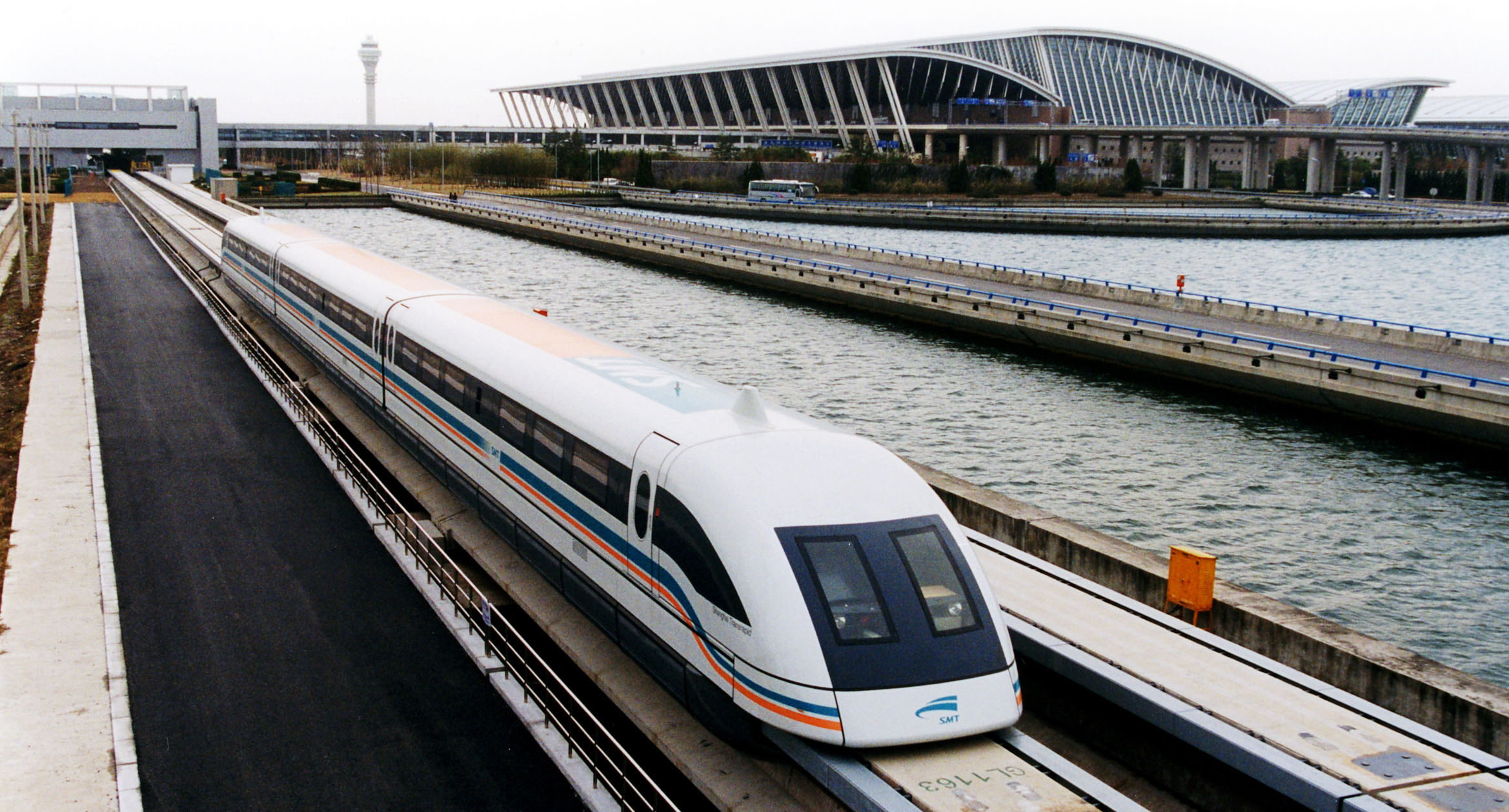 A_maglev_train_coming_out,_Pudong_International_Airport,_Shanghai.jpg