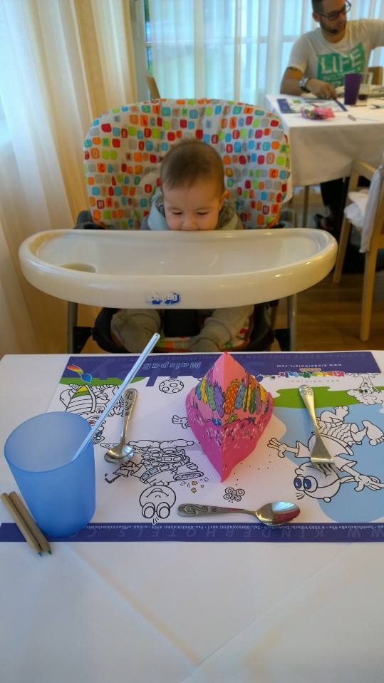 Így várják a gyereket az étteremben, igaz, arra számítanak, ételt fog enni, nem az etetőszéket