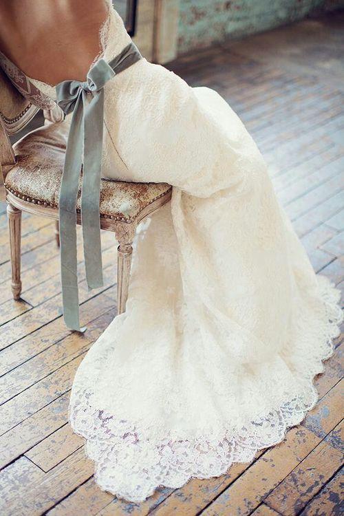 esküvői szürke szalagos.jpg