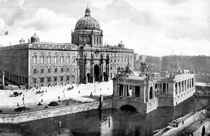1280px-Berlin_Nationaldenkmal_Kaiser_Wilhelm_mit_Schloss_1900.jpg