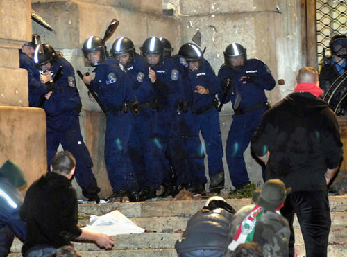 rendőr az egyenruha többé nem félelmet ébreszt, hanem tiszteletet parancsol. .jpg