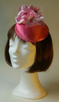 Ozmonda-kalap-rózsaszín szatén virágos gomb tüllel-ozmonda kalap galéria2.JPG