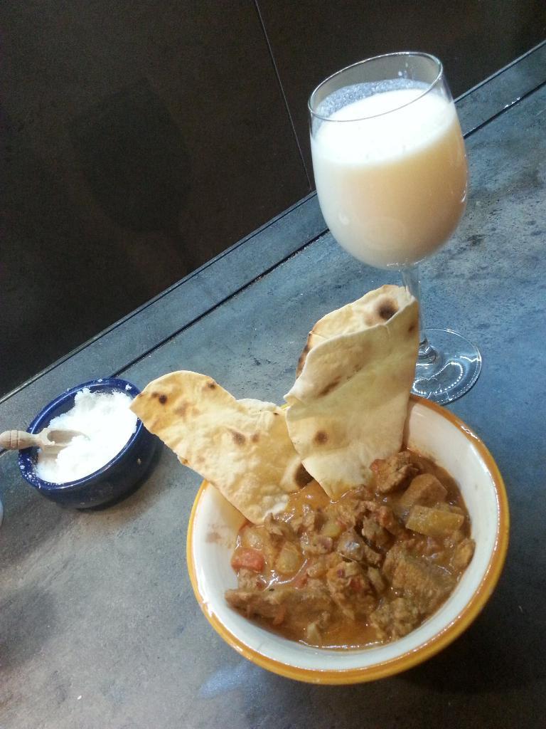 Csirke curry, Chapati, Lassi -Videó- s01-e03