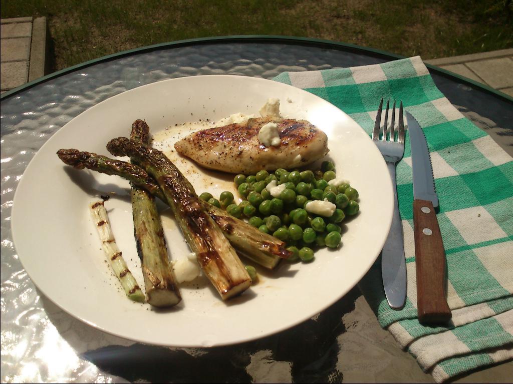 Csirke tavaszi zöldekkel és juhtúróval