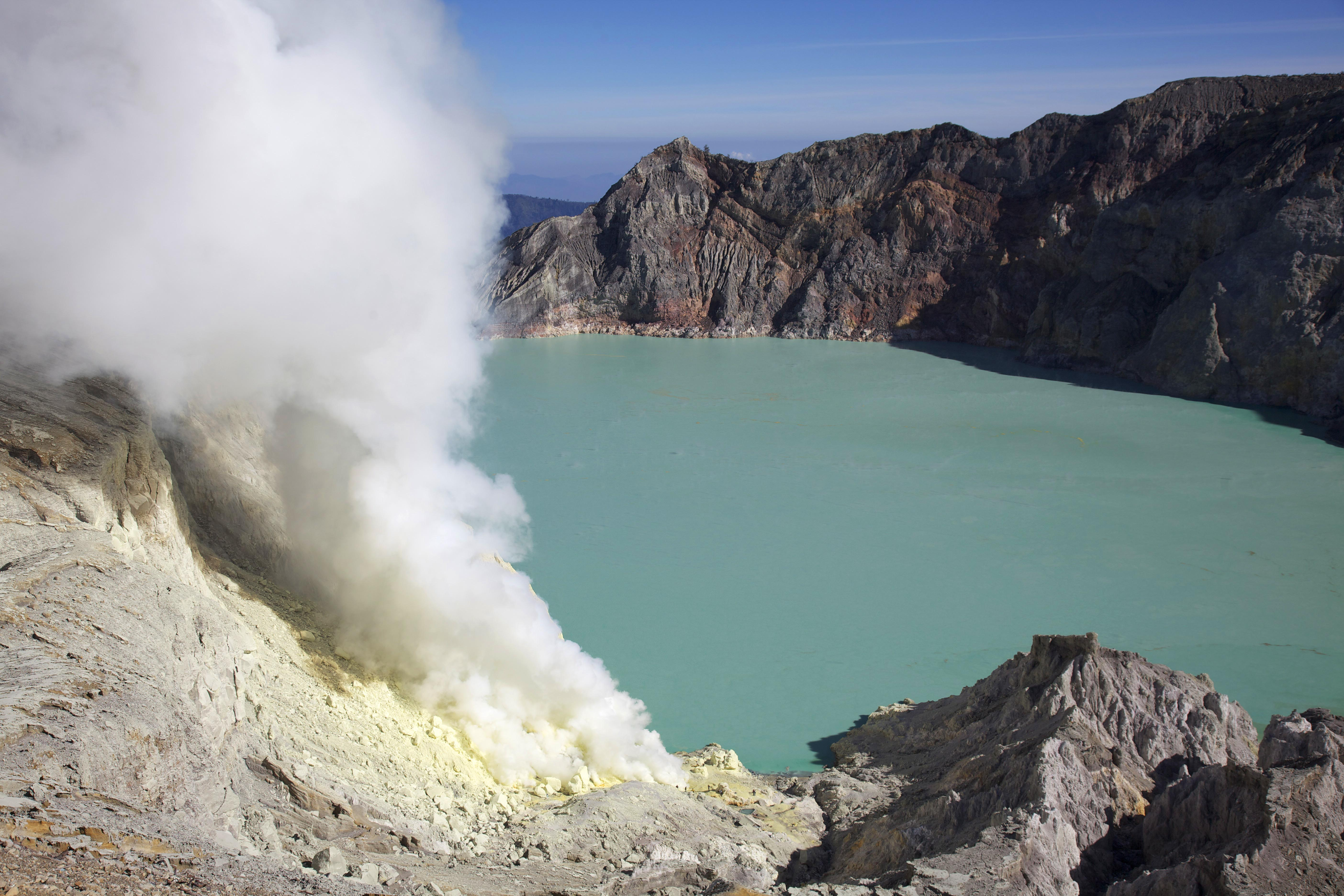 kawah_ijen_-east_java_-indonesia-31july2009.jpg