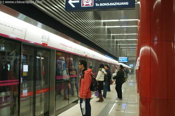 kulon-noi-metrokocsikat-inditananak-pekingben