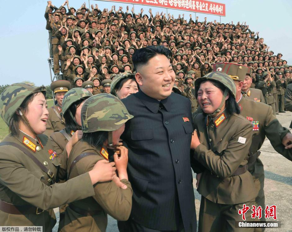 Kim-Dzsong-Un-katonanők-1.jpg