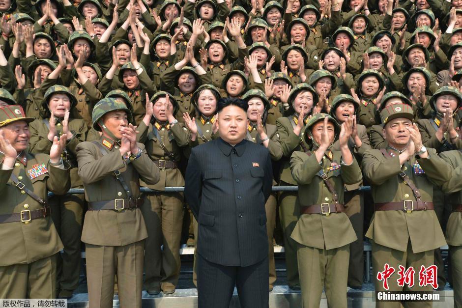 Kim-Dzsong-Un-katonanők-2.jpg