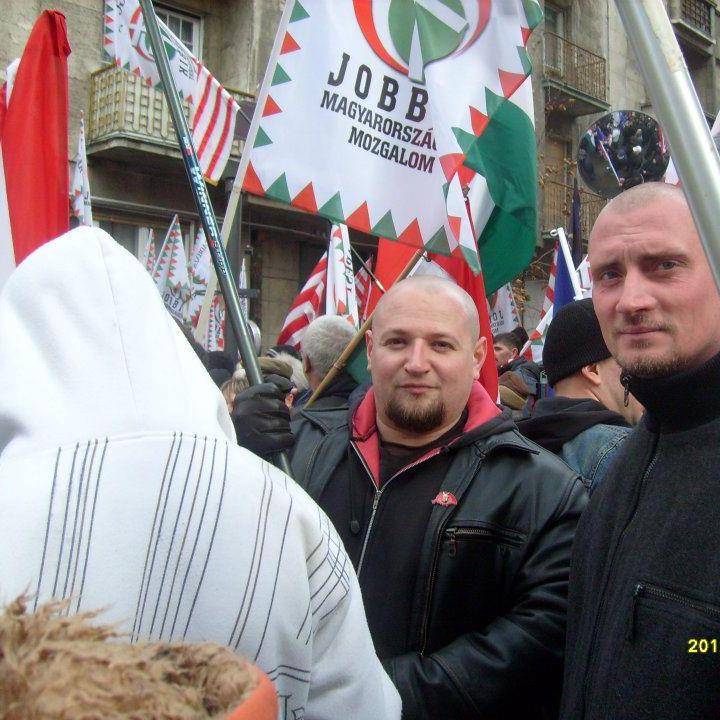 Ander_Balazs_Jobbik_Somogy_2_es_valasztokerulet_Barcs_kepviselojelolt_orszagos_lista_megujulas_fekete_bordzsekis_borfeju_skinhead_szkinhed_tuntet.png