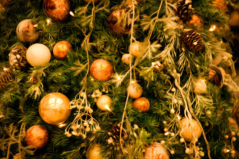 3446066-693139-beautiful-christmas-tree-with-lots-of-balls.jpg