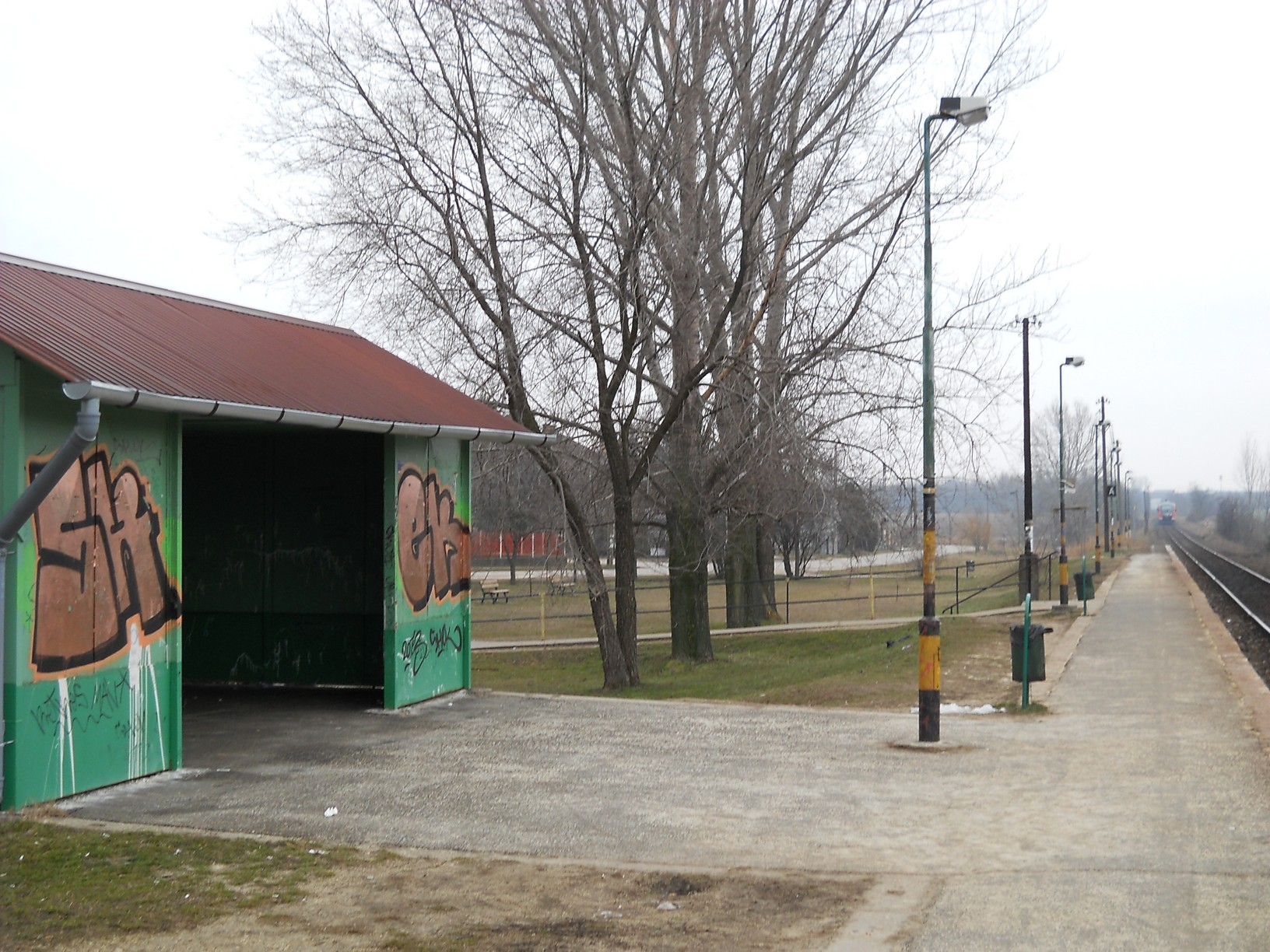 """Felsőpakony """"európai színvonalú"""" vasúti megállóhelye, ahonnan hat kilométerre található – azaz másfél órás sétával érhető el – az ócsai telep"""