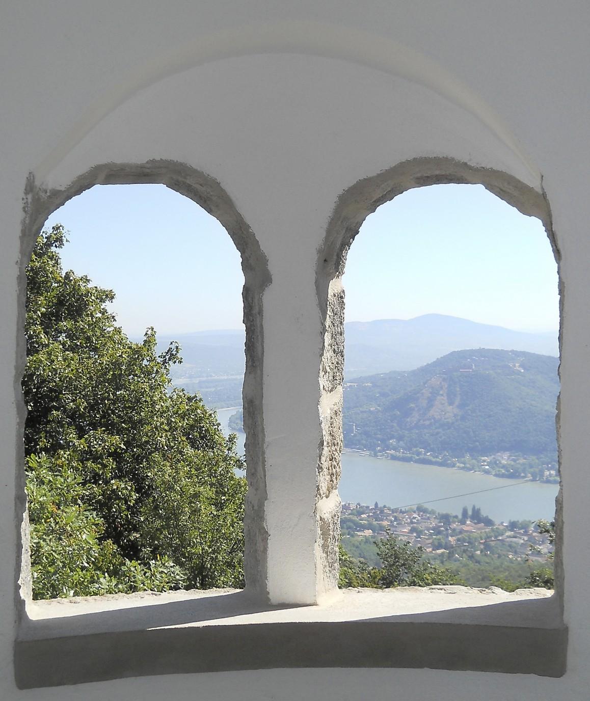 Kilátás a Julianus-toronyból: szemközt a visegrádi vár