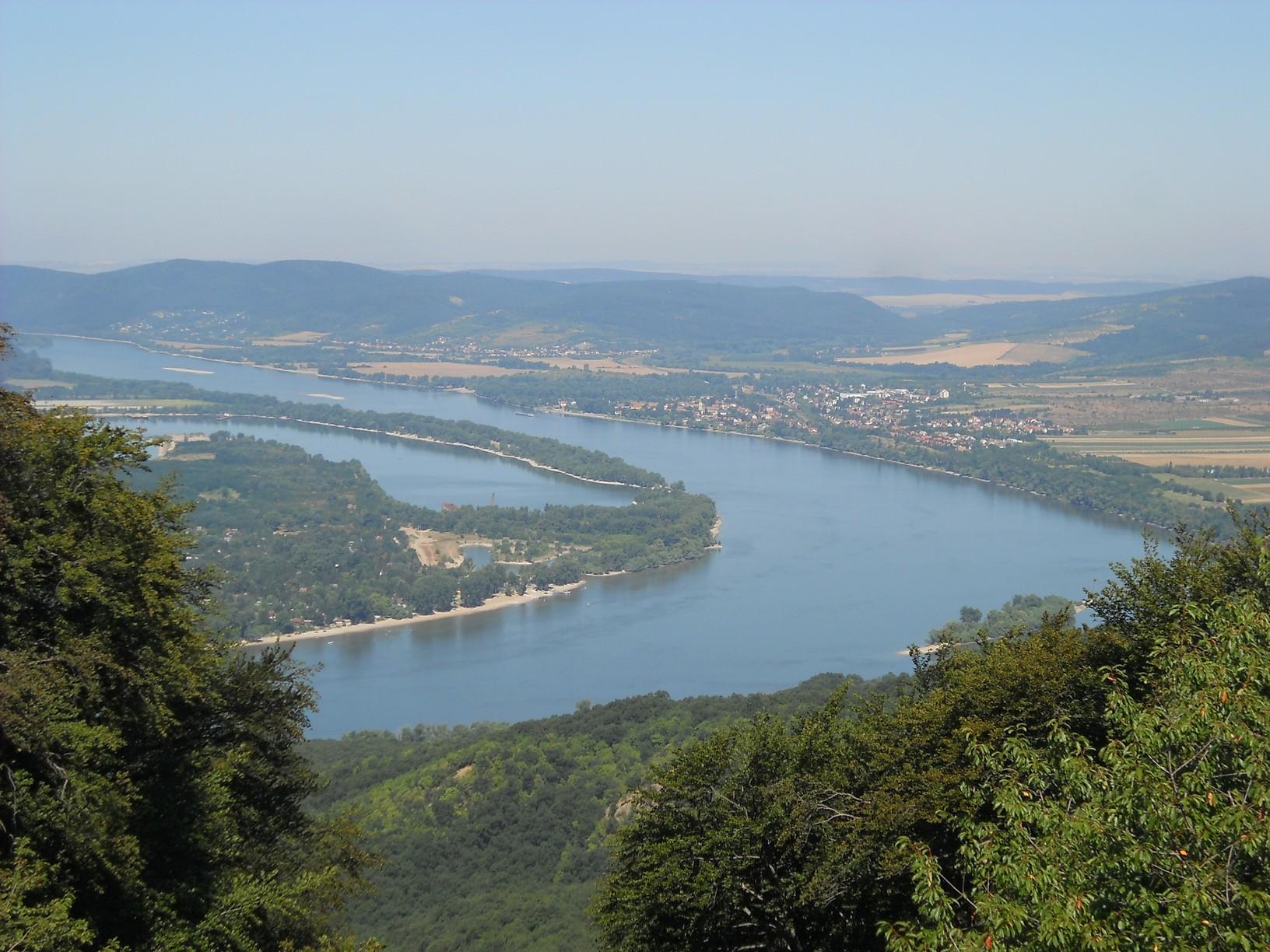 Kilátás a Julianus-toronyból: balra a Pilismaróti-öböl, jobbra Szob
