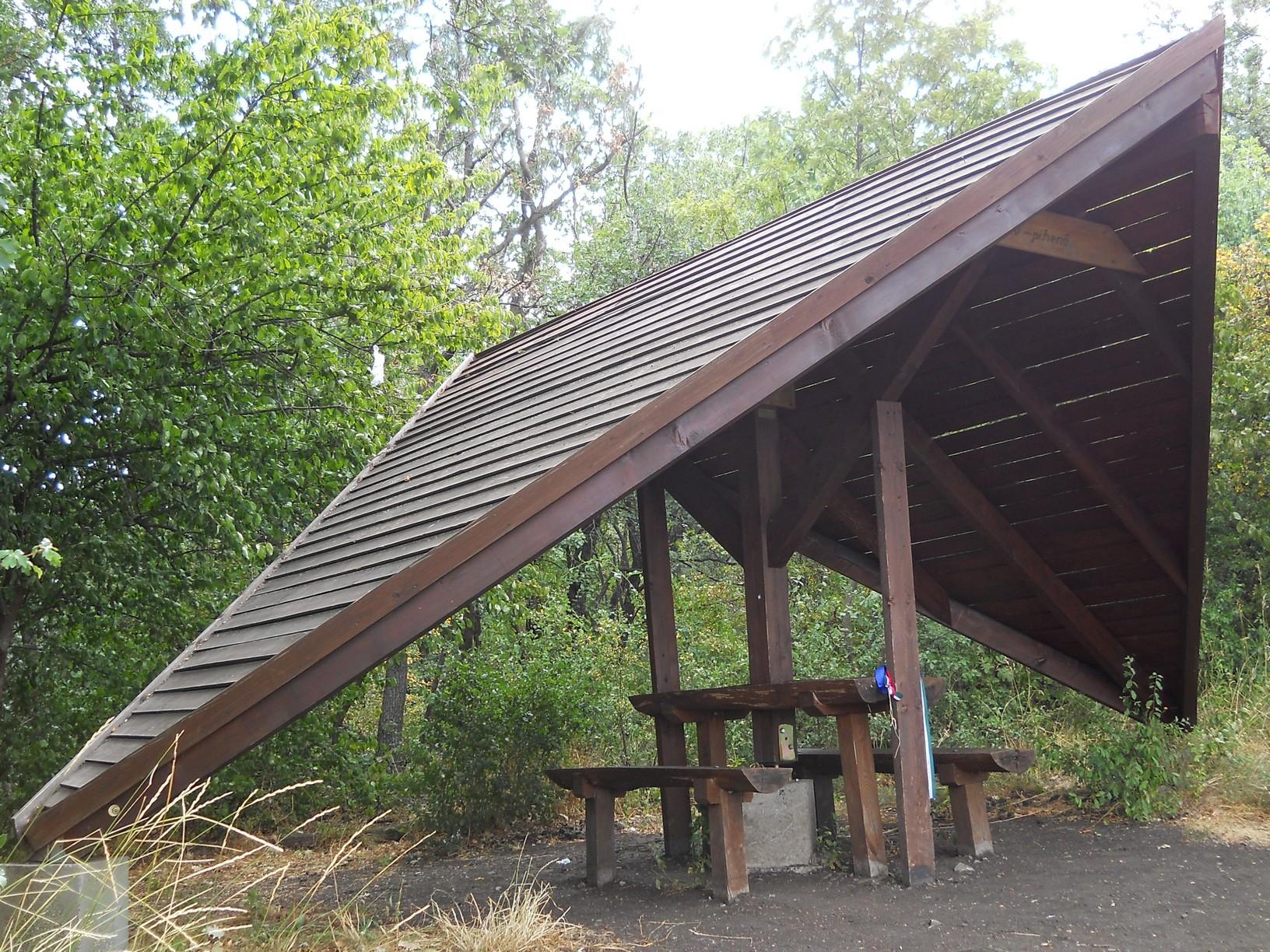 """Az Országos Kéktúra mozgalmat elindító Lokomotív Turista Egyesület által 2009-ben épített """"Lokó-pihenő"""" a Nagy-Kő-hegy csúcsán"""