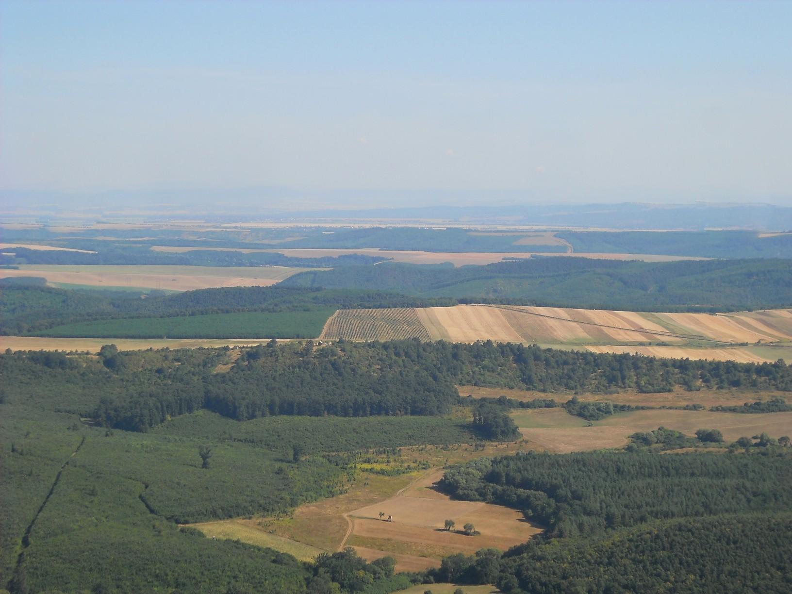 Kilátás a Naszály gerincéről észak felé, a mai úti cél irányába