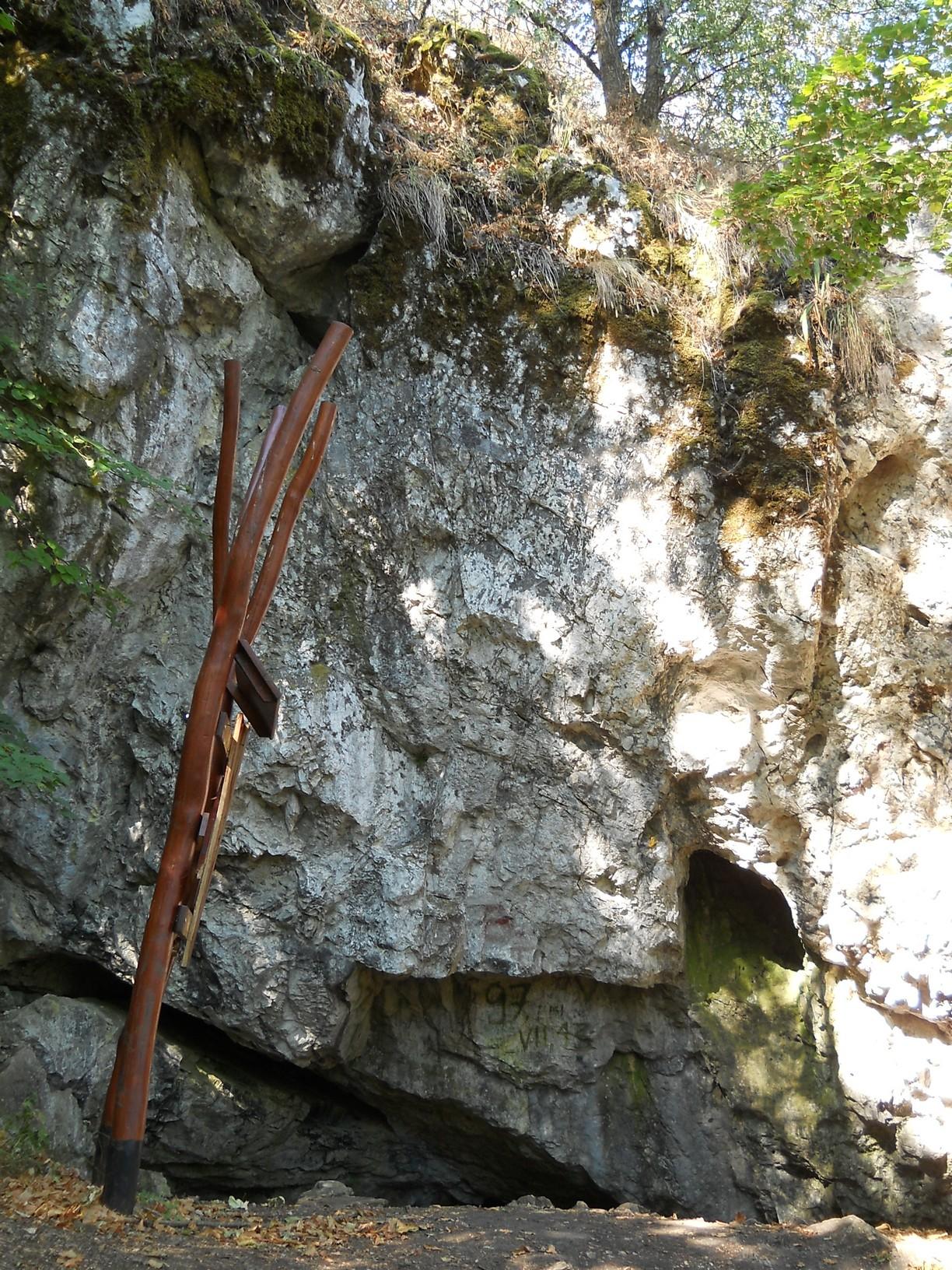 A Násznép-barlang bejárata a Naszály északi oldalában