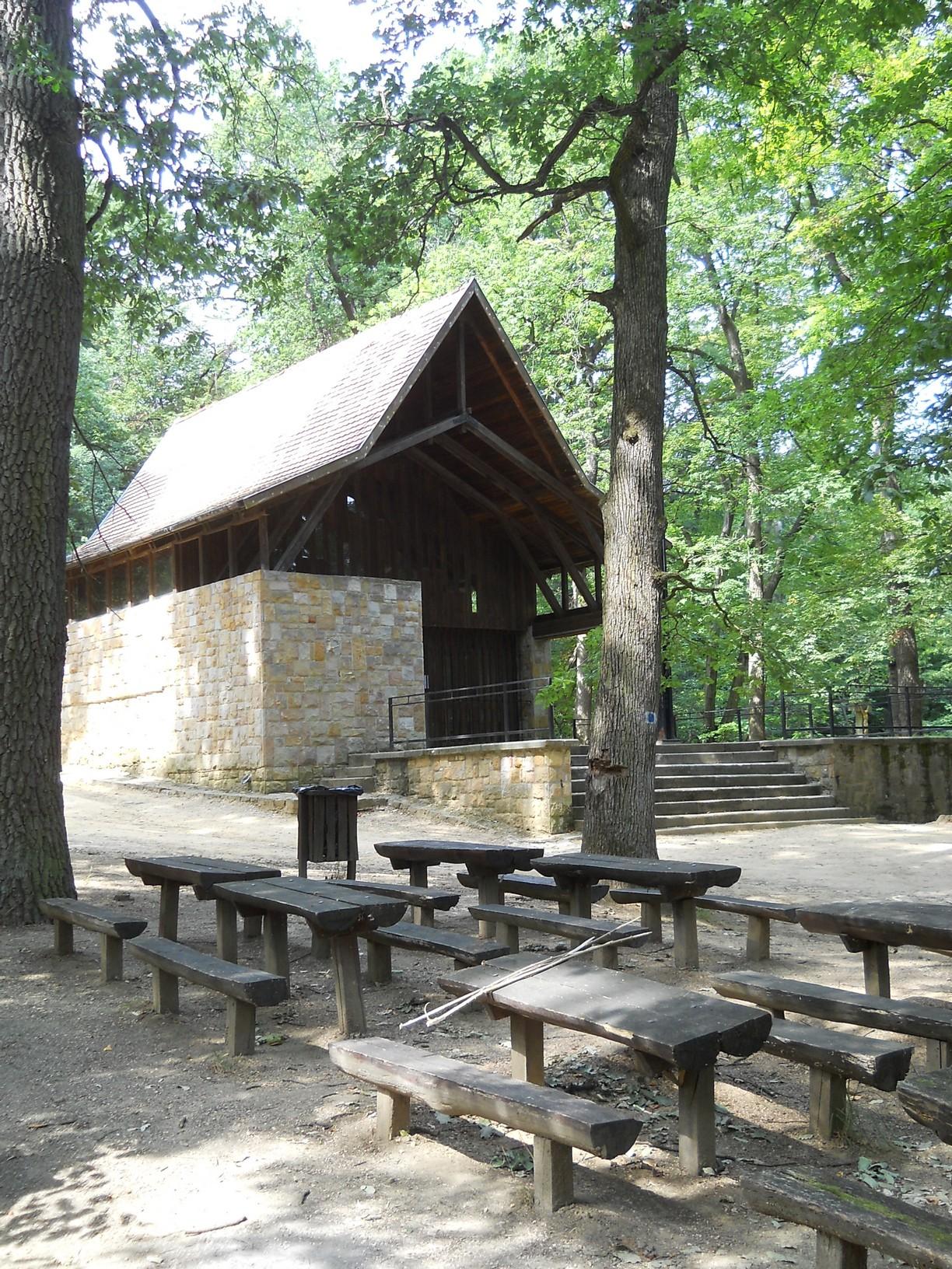 Kápolna és pihenőhely a csobánkai Szent-kútnál