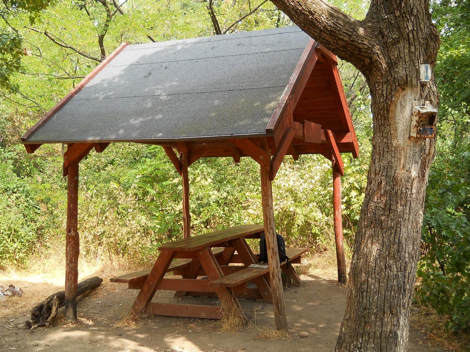 Pihenő és OKT-pecsételőhely a Kevély-nyeregben