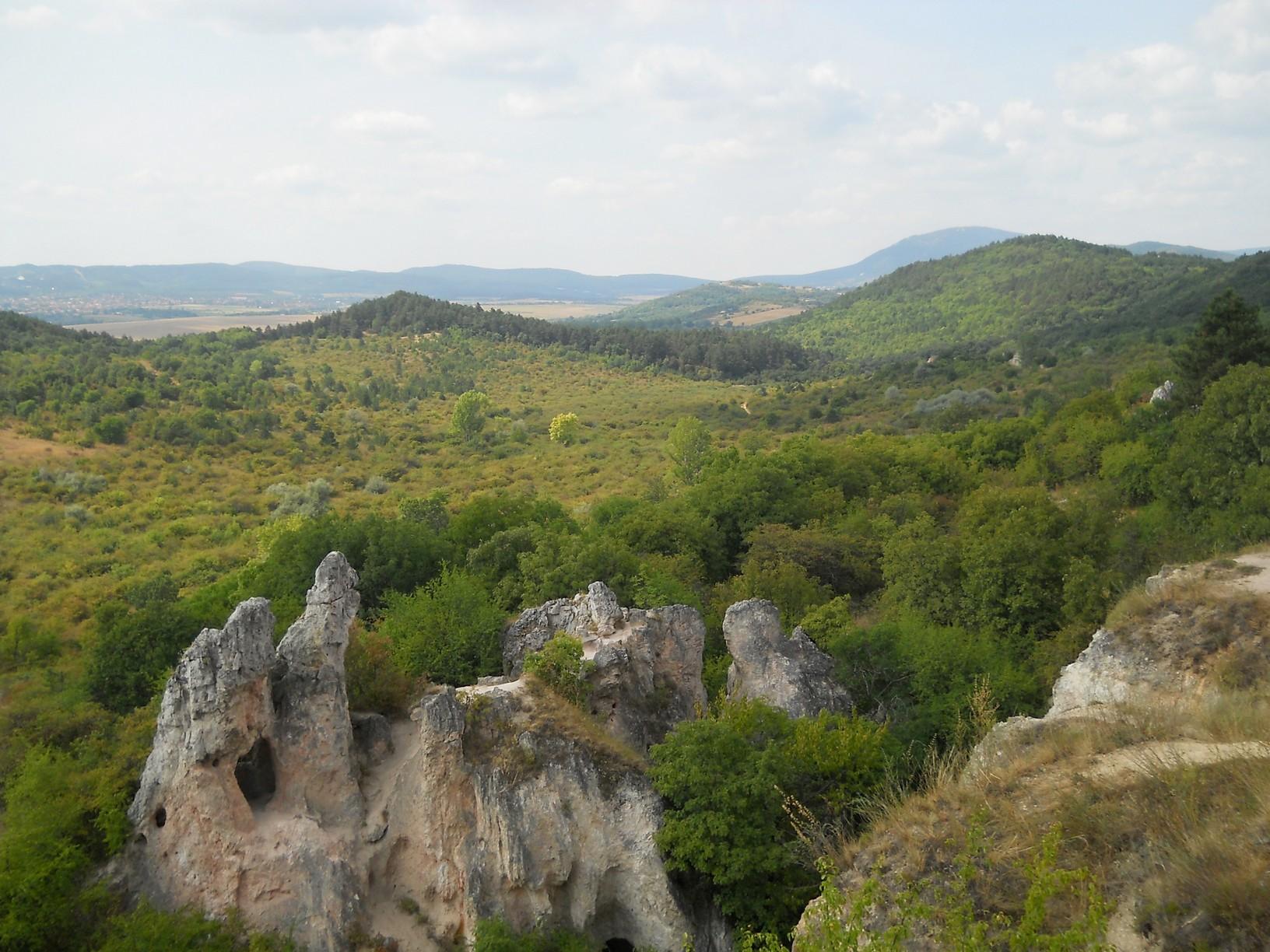 Kilátás a Pilisborosjenő és Csobánka közötti völgyre, előtérben a Teve-szikla