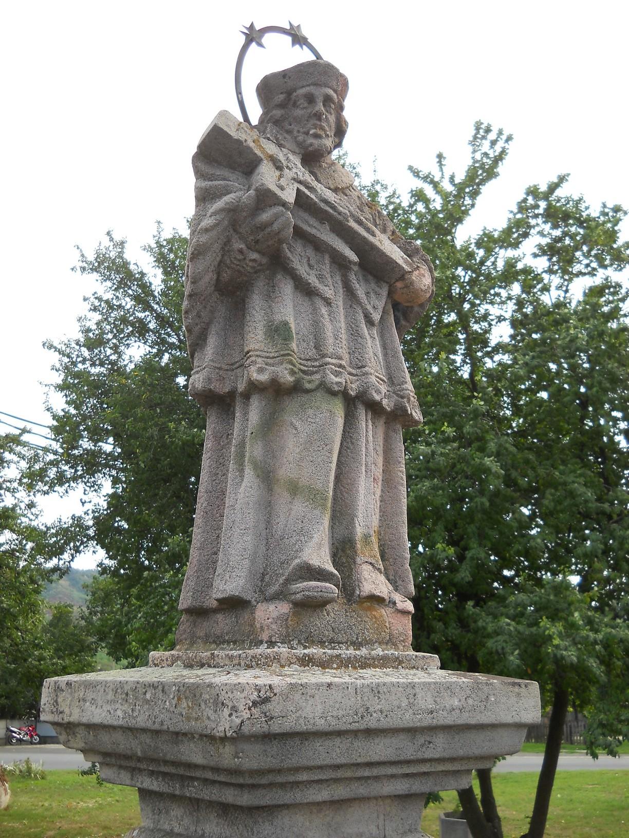 Nepomuki Szent János szobra Romhányban, a Lókos-patak felett átívelő XVIII. századi kőhídon
