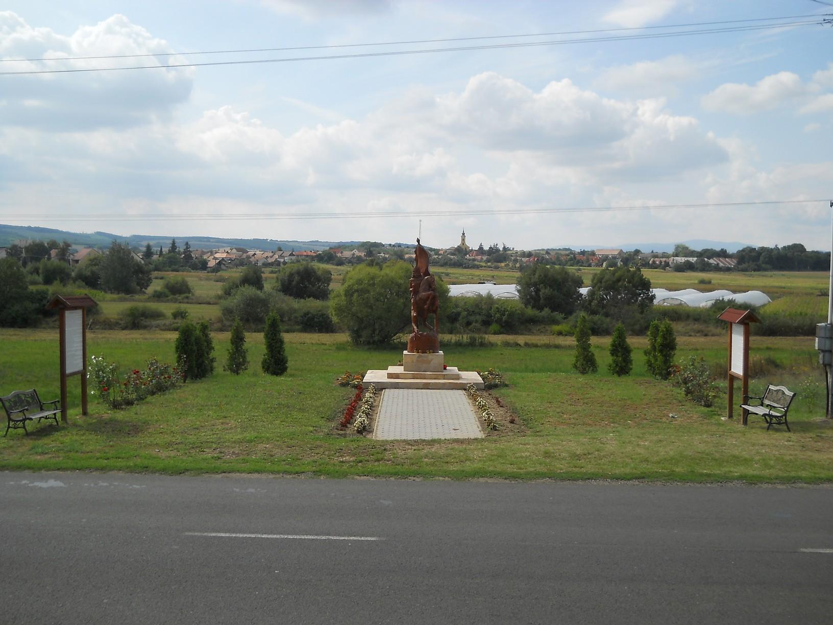 Rákóczi fejedelem lovas szobra a Romhány határában kialakított emlékhelyen