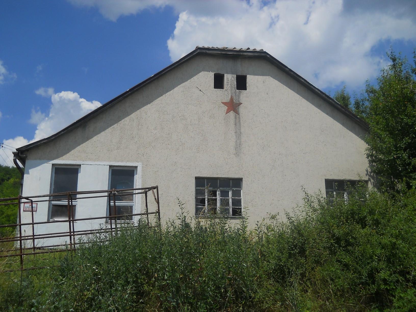 Vörös csillag a nógrádsipeki TSZ épületén