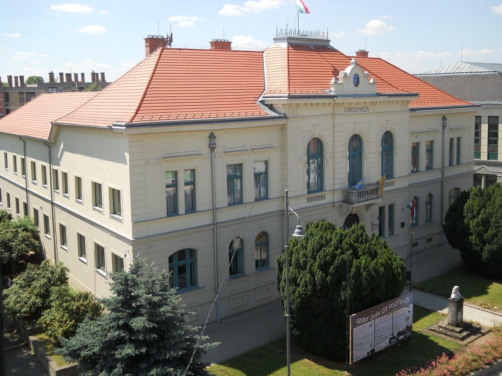 Kilátás a szécsényi tűztoronyból a városházára