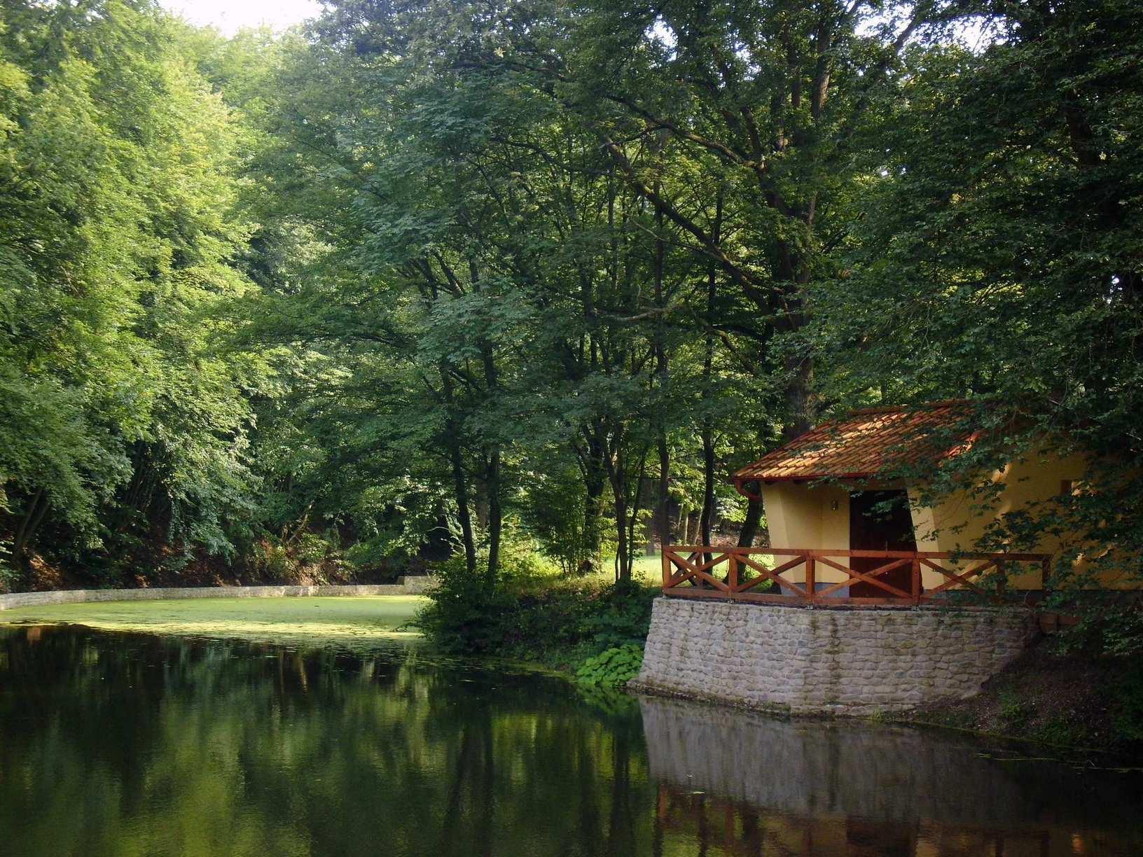 Halászkunyhó a középső tó partján