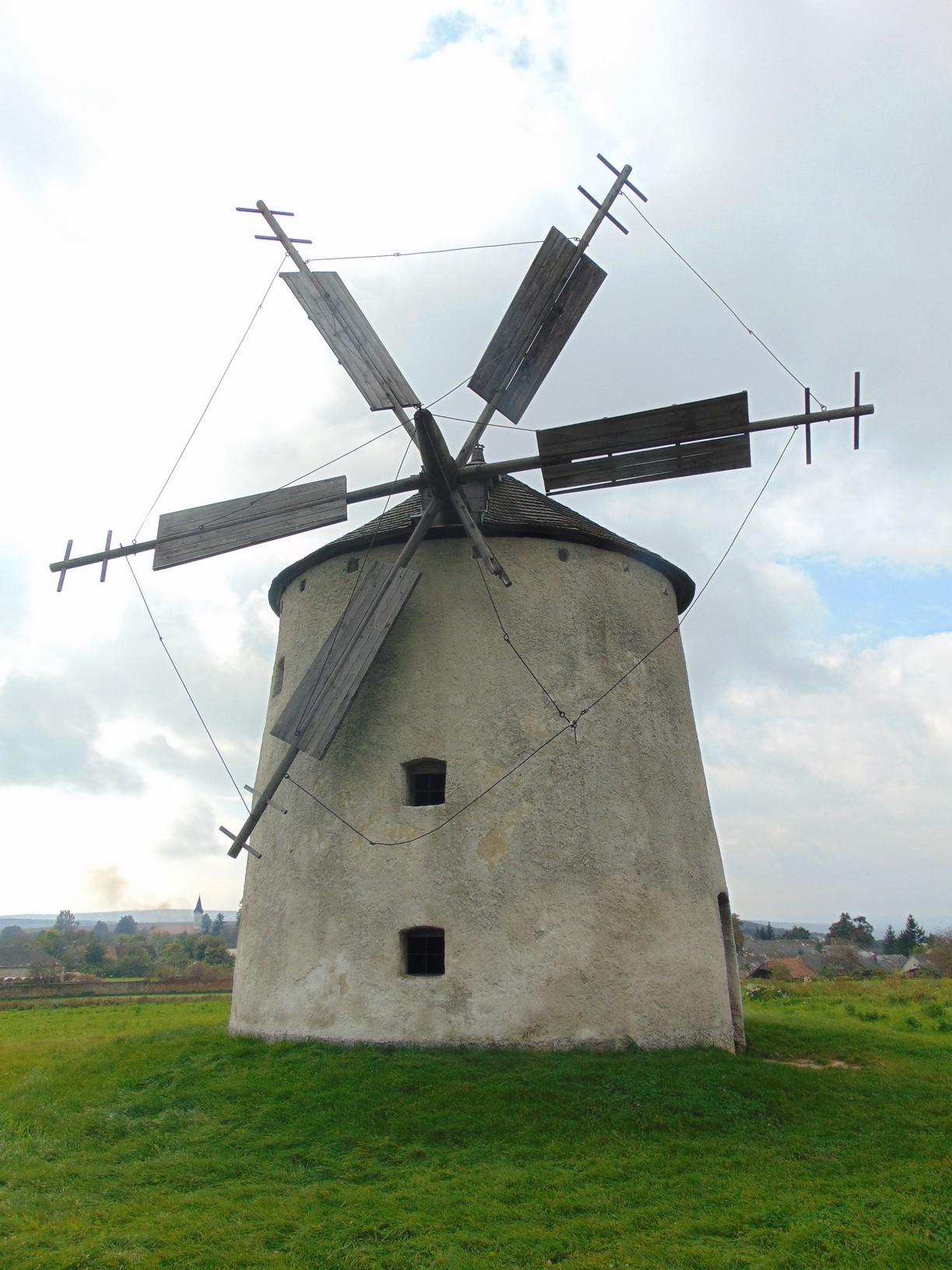 Az 1840-ben épült Helt-féle és az 1924-ben épült Ozi-féle szélmalmok jellegzetessége a körbe forgatható zsindelytető, a kőből készült malomtörzs és a hat vitorla