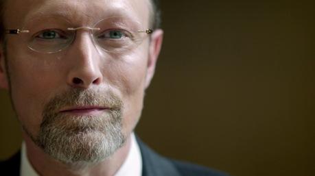 Lars Mikkelsen hátborzongató, mint Charles Augustus Magnussen.