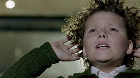 A kisfiú Sherlockot Louis Moffat alakítja, aki meghallgatáson kapta meg a szerepet, igaz, a 3. évad 3. részét, amelyben föltűnik, az édesapja, Steven Moffat írta.