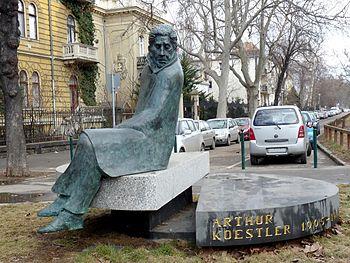 Koestler_statue_in_Budapest_1.JPG