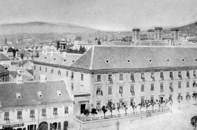1890 Ciszterci gimnázium (alatta Csébi ház).jpg