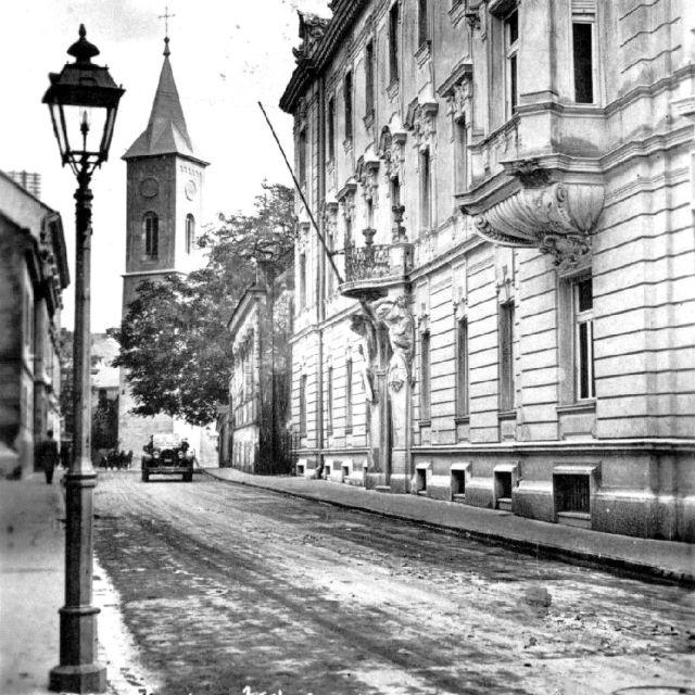 1930 Kardoss Kálmán utca végén jobbra Ciszterci gimnázium kerítése 3 (Zsabokorszky).jpg